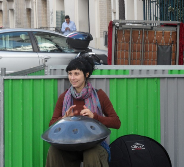 """Joueuse de """"music pan"""" dans les rue de Montmartre Paris: fête de la vendange 2014"""